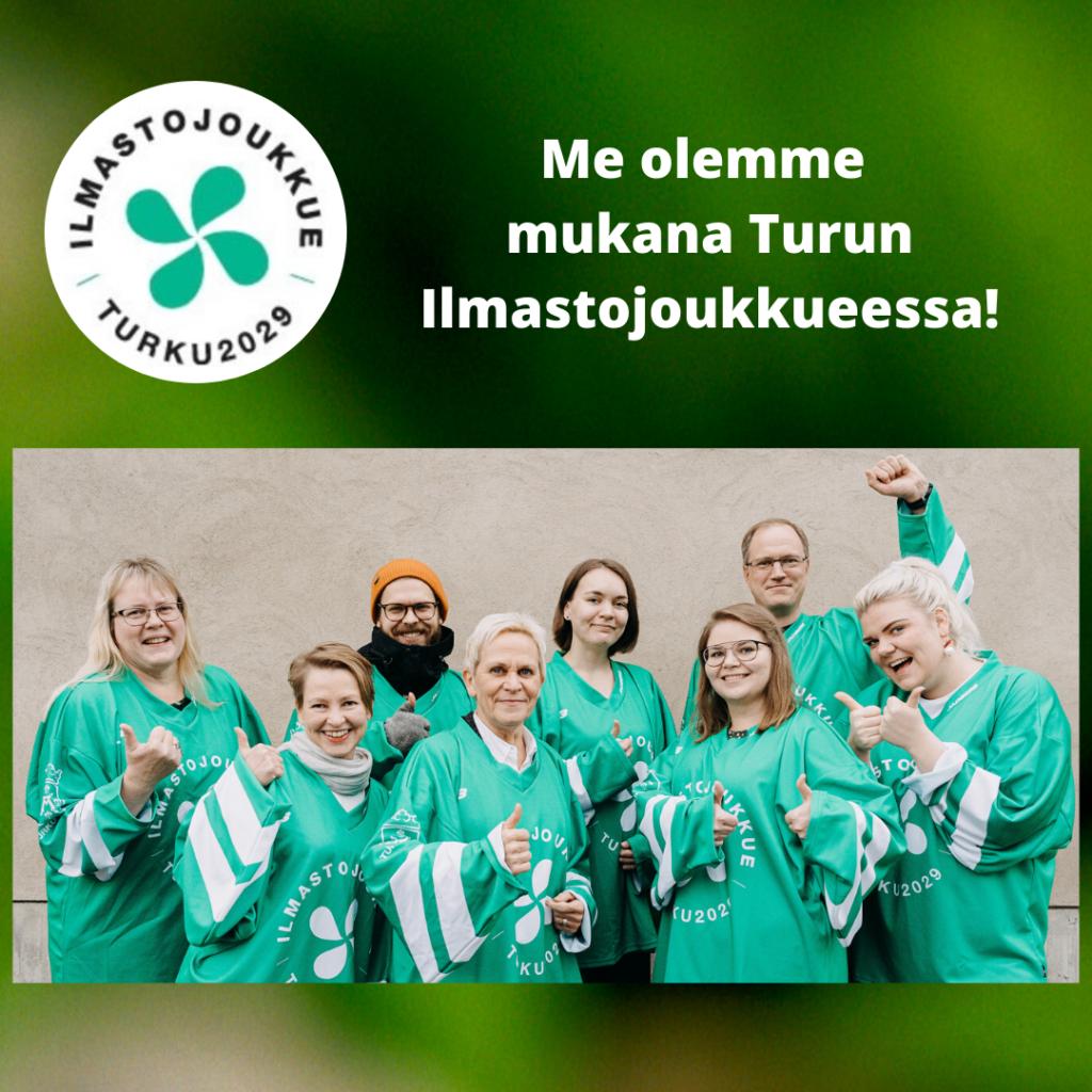 Turun kesäyliopiston toimiston väki Ilmastojoukkue-pelipaidoissa