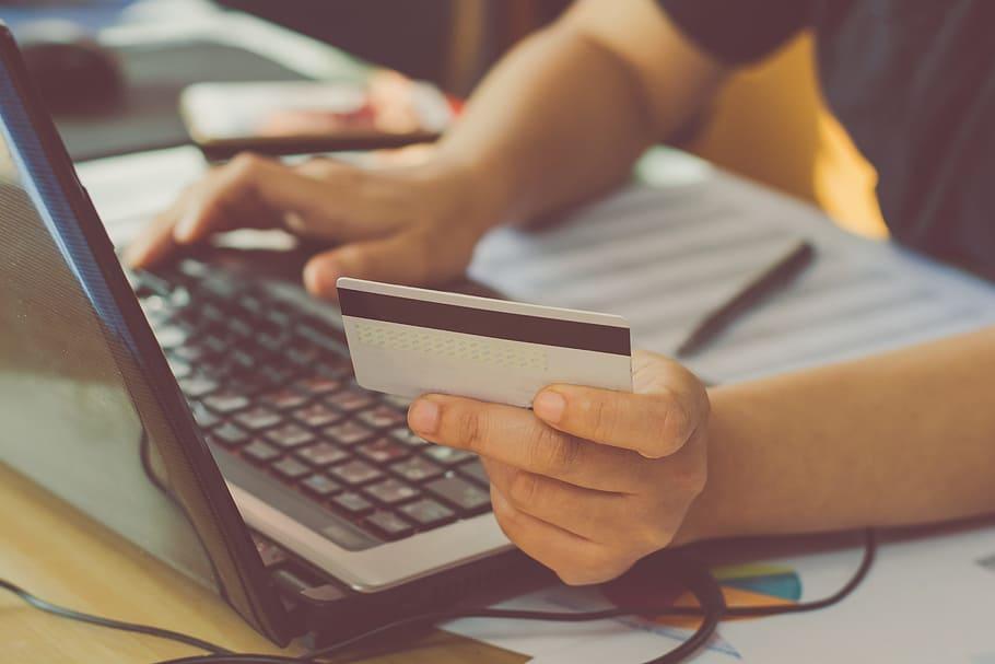 Mies, tietokone ja luottokortti