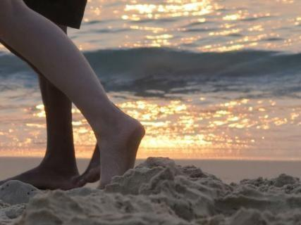 Kävely paljain varpain hiekalla